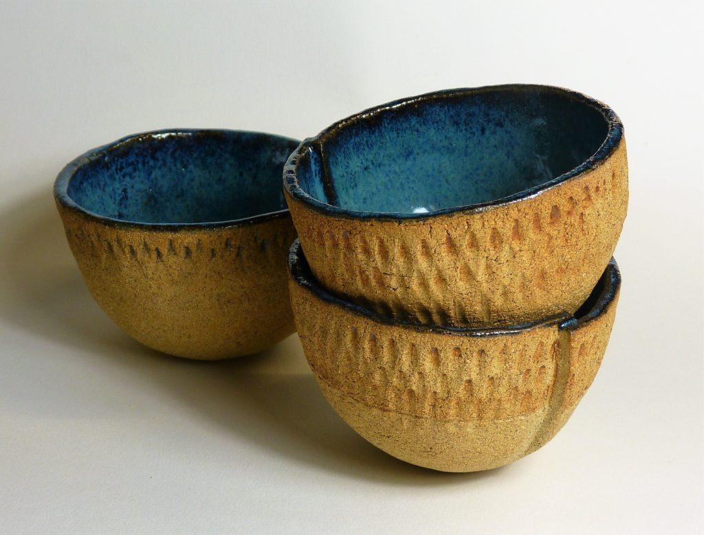 Petits bols gravés, grès roux décoré au jus, intérieur émaillé bleu - 9 x 7 cm